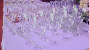 Tabeller ställde in för ett händelseparti- eller bröllopmottagande Lyxig elegant tabellinställningsmatställe i en restaurang stock video