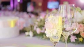 Tabeller ställde in för ett händelseparti- eller bröllopmottagande Lyxig elegant tabellinställningsmatställe i en restaurang Expo arkivfilmer