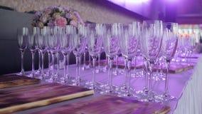 Tabeller ställde in för ett händelseparti- eller bröllopmottagande Lyxig elegant tabellinställningsmatställe i en restaurang Expo lager videofilmer