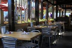 Tabeller ställde in för utomhus- äta middag, Artisanal pizza för grundpelare och hantverköl, Ogunquit, Maine, 2016 arkivbilder
