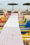 Tabeller stolar, färgrik sjösida Royaltyfri Foto