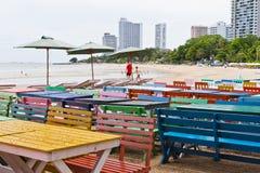 Tabeller stolar, färgrik sjösida Arkivfoto