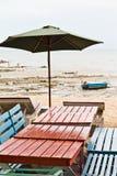 Tabeller stolar, färgrik sjösida Royaltyfria Foton