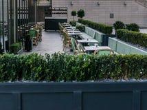 Tabeller utanför restaurangen, ett angenämt ställe för lunch nästa t Arkivbilder