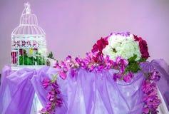 Tabellgarnering blommar med buren Royaltyfri Foto