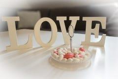 Tabellgarnering med Förälskelse-bokstäver och sötsaker Royaltyfri Bild