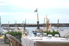 Tabellhavssikt på restaurangen L'Approdo i den Capri ön Royaltyfri Foto