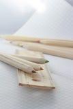 Tabellierprogramm und Bleistifte Stockbild