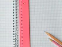 Tabellierprogramm und Bleistifte auf Copybook Stockfoto