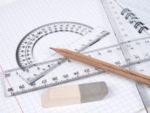 Tabellierprogramme mit Bleistift auf der Übungsteilseite Stockbild