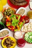 Tabellinställning för en sommarpicknick - grönsaker och champinjoner, ol fotografering för bildbyråer