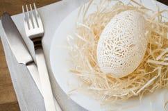Tabellinställning för påskberöm Snidit ägg Royaltyfri Fotografi