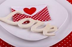 Tabellinställning för romantiska valentin matställe Royaltyfria Foton