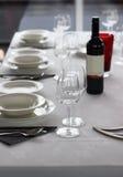 Tabellinställning med plattor och wineexponeringsglas Arkivbilder