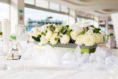 Tabellinställning på lyxiga härliga blommor för bröllopmottagande på T arkivbilder