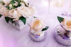 Tabellinställning på lyxiga härliga blommor för bröllopmottagande på T arkivbild