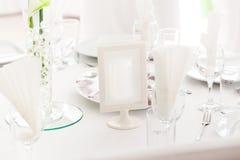 Tabellinställning på lyxiga härliga blommor för bröllopmottagande på T royaltyfria bilder