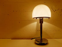 Tabelllampa som ger varmt orange ljus Arkivfoton