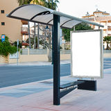 Tabellone per le affissioni alla fermata dell'autobus Immagine Stock Libera da Diritti