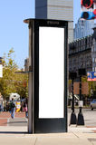 Tabellone per le affissioni alto e verticale sulla cabina di telefono Fotografia Stock