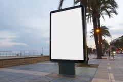Tabellone per le affissioni in bianco accanto alla spiaggia Fotografia Stock Libera da Diritti