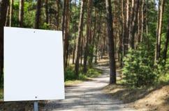 Tabellone per le affissioni bianco al parco con spazio per la vostra pubblicità Fotografia Stock