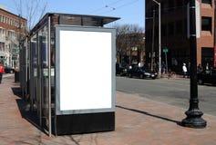 Tabellone per le affissioni in bianco alla fermata dell'autobus immagine stock