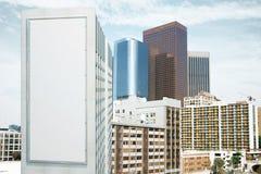 Tabellone per le affissioni bianco in bianco sulla parete di alta costruzione ai megapolis Fotografia Stock