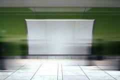 Tabellone per le affissioni bianco in bianco sulla parete verde nel sottopassaggio con mooving p Fotografia Stock