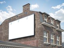 Tabellone per le affissioni in bianco che appende sulla costruzione classica Fotografia Stock