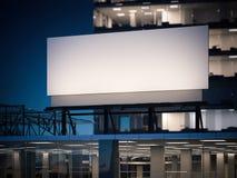 Tabellone per le affissioni in bianco che sta su un edificio per uffici alla notte rappresentazione 3d Immagini Stock Libere da Diritti