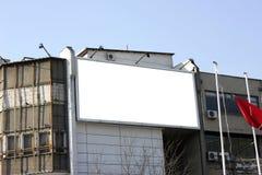 Tabellone per le affissioni in bianco - compreso il percorso di residuo della potatura meccanica Immagine Stock