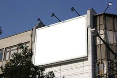 Tabellone per le affissioni in bianco - compreso il percorso di residuo della potatura meccanica intorno alla b Fotografie Stock Libere da Diritti