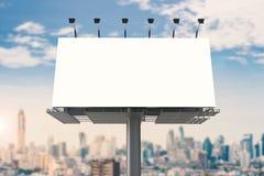 Tabellone per le affissioni in bianco con il fondo di paesaggio urbano Fotografia Stock