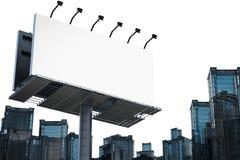 Tabellone per le affissioni in bianco con le costruzioni Fotografie Stock Libere da Diritti