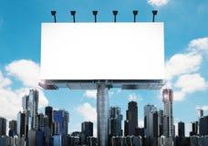 Tabellone per le affissioni in bianco con le costruzioni Immagini Stock Libere da Diritti