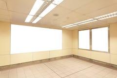 Tabellone per le affissioni in bianco con lo spazio della copia nella stazione della metropolitana fotografia stock libera da diritti
