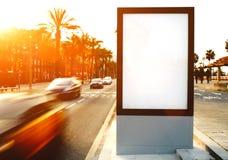 Tabellone per le affissioni in bianco con lo spazio della copia per il vostro messaggio di testo o contenuto Fotografie Stock