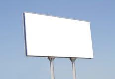 Tabellone per le affissioni in bianco contro cielo blu con un posto per fotografia stock libera da diritti