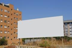 Tabellone per le affissioni in bianco davanti alle nuove costruzioni Fotografia Stock Libera da Diritti