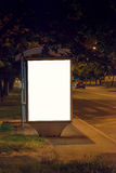 Tabellone per le affissioni in bianco dell'autostazione alla notte Immagine Stock Libera da Diritti