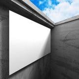 Tabellone per le affissioni in bianco dell'insegna nell'interno scuro della stanza dei mura di cemento Fotografia Stock