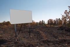 Tabellone per le affissioni in bianco nel suolo del fuoco Immagine Stock