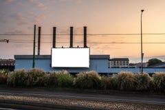Tabellone per le affissioni in bianco nella città di Milano al tramonto fotografie stock libere da diritti