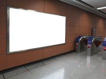 Tabellone per le affissioni in bianco nella stazione di metro fotografia stock libera da diritti
