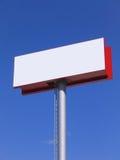 Tabellone per le affissioni in bianco sopra cielo blu immagine stock