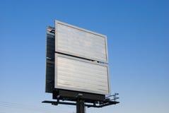 Tabellone per le affissioni in bianco sopra il cielo Fotografie Stock Libere da Diritti