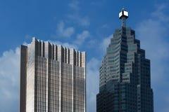 Tabellone per le affissioni in bianco sopra il grattacielo corporativo alto in primo piano o fotografia stock libera da diritti