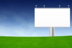 Tabellone per le affissioni in bianco sul campo verde Fotografia Stock Libera da Diritti