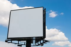 Tabellone per le affissioni in bianco sul fondo del cielo blu - per la nuova pubblicità fotografia stock